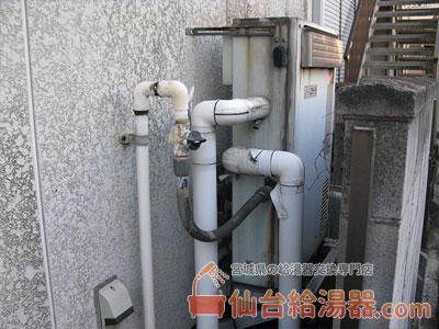 隣接型ガス給湯器 → 壁掛型ガス給湯器取替・交換工事前